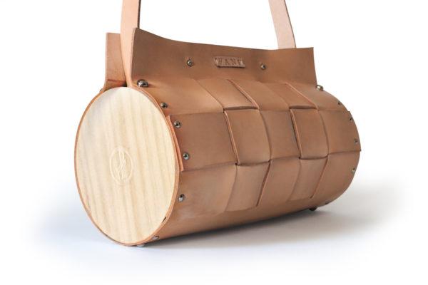 Bolso Artesano Nigra color crudo con detalle a rayas, con madera de pino