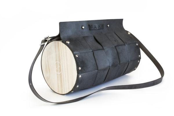 Bolso Artesano Nigra color negro con detalle a rayas, con madera de pino