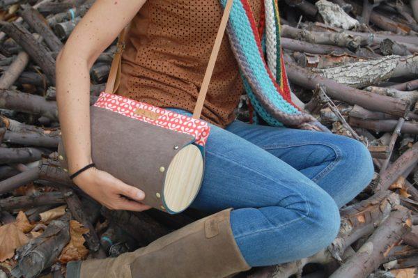 Bolsos de madera Bolso de tela y madera Redondo Nigra color marrón con detalleestampado, con madera de pino