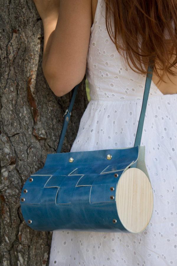 Bolso Artesano Nigra color azul con detalle a rayas, con madera de pino