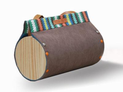 Bolso Redondo Nigra color marrón con detalle a rayas, con madera de pino