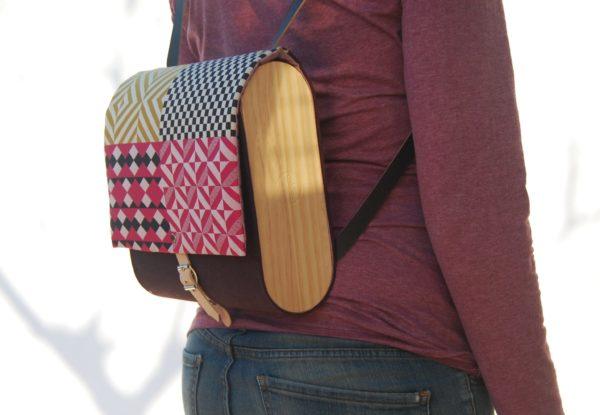 Bolsos de madera Mochila de tela y madera modelo Mosaico granate y estampado mosaico